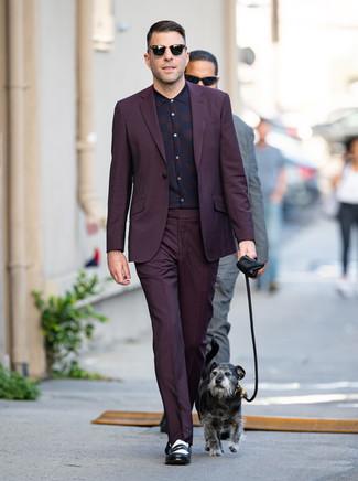 Cómo combinar: traje morado oscuro, camisa de vestir de tartán morado oscuro, mocasín de cuero en negro y blanco, gafas de sol negras
