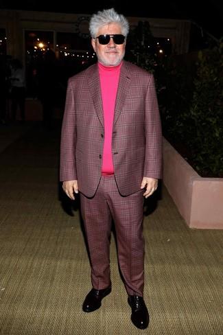 Cómo combinar: traje de tartán morado oscuro, jersey de cuello alto rosa, zapatos oxford de cuero negros, gafas de sol negras