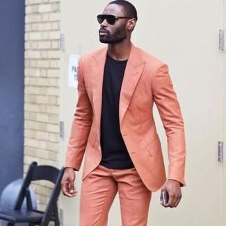 Cómo combinar: traje naranja, camiseta con cuello circular negra, gafas de sol negras