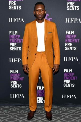 Look de moda: Traje naranja, Camiseta de manga larga blanca, Zapatos con doble hebilla de cuero burdeos