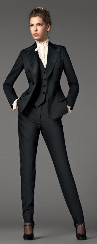 Cómo combinar: traje negro, blusa de manga larga con volante blanca, zapatos de tacón de encaje negros