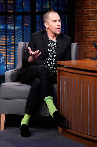 Cómo combinar: traje negro, camisa de manga corta con print de flores negra, mocasín de terciopelo negro, calcetines verdes