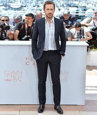 Look de Ryan Gosling: Traje Negro, Camisa de Manga Larga de Rayas Verticales Blanca, Mocasín de Cuero Negro