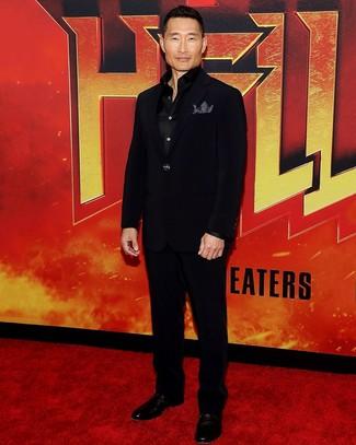 Cómo combinar: traje negro, camisa de manga larga de seda negra, zapatos derby de cuero negros, pañuelo de bolsillo a lunares en negro y blanco