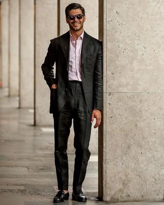 Cómo combinar: traje negro, camisa de manga larga rosada, mocasín de cuero negro