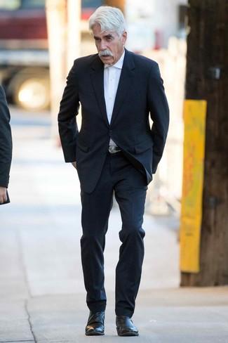 Unos botines chelsea de vestir con un traje negro: Empareja un traje negro junto a una camisa de vestir blanca para rebosar clase y sofisticación. ¿Quieres elegir un zapato informal? Haz botines chelsea tu calzado para el día.