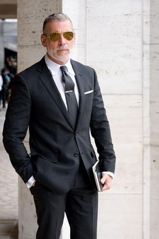 Cómo combinar: traje de rayas verticales negro, camisa de vestir blanca, corbata en gris oscuro, pañuelo de bolsillo blanco