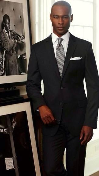 Cómo combinar: traje negro, camisa de vestir blanca, corbata a cuadros gris, pañuelo de bolsillo blanco