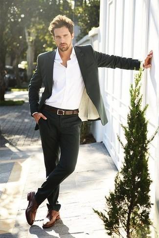 Considera emparejar un traje negro con una camisa de vestir blanca para un perfil clásico y refinado. ¿Quieres elegir un zapato informal? Opta por un par de zapatos derby de cuero marrónes para el día.