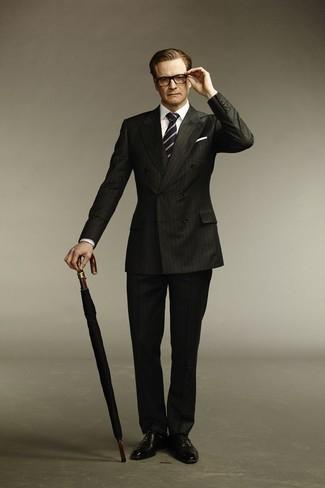 Cómo combinar: traje de rayas verticales negro, camisa de vestir blanca, zapatos oxford de cuero negros, corbata de rayas verticales en azul marino y blanco