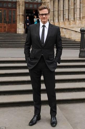 Cómo combinar: traje negro, camisa de vestir blanca, zapatos oxford de cuero negros, corbata a lunares negra