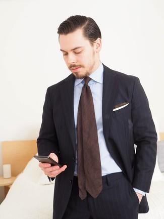 Cómo combinar: traje de rayas verticales negro, camisa de vestir celeste, corbata en marrón oscuro, pañuelo de bolsillo blanco