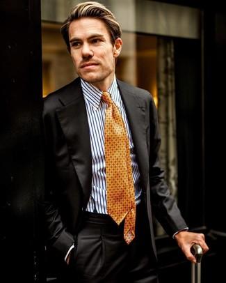 Cómo combinar: traje negro, camisa de vestir de rayas verticales en blanco y azul, corbata estampada naranja