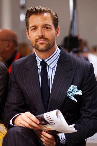 Cómo combinar: traje de rayas verticales negro, camisa de vestir de rayas verticales en blanco y azul, corbata azul marino, pañuelo de bolsillo estampado en blanco y azul