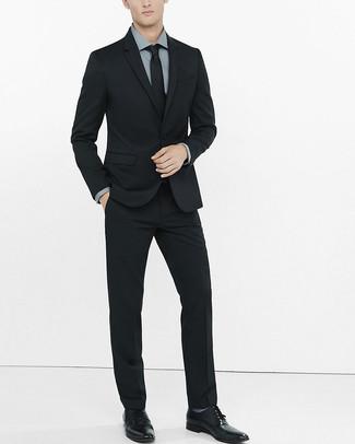 Traje negro con zapatos grises