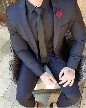Cómo combinar: traje negro, camisa de vestir negra, corbata negra, broche de solapa rojo