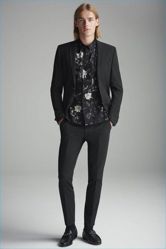 Cómo combinar: traje negro, camisa de vestir con print de flores negra, mocasín de cuero negro, calcetines negros