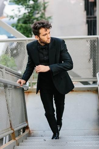 Cómo combinar: traje negro, camisa de vestir negra, zapatos derby de cuero negros, corbatín negro