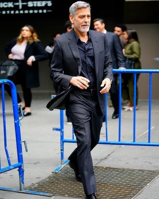 Cómo combinar: traje negro, camisa de vestir negra, zapatos oxford de cuero negros, correa de cuero negra
