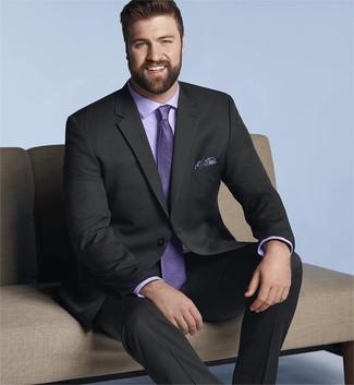 Cómo combinar: traje negro, camisa de vestir violeta claro, corbata violeta claro, pañuelo de bolsillo de paisley azul marino