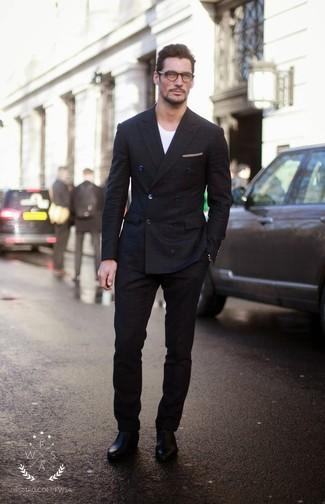 Cómo combinar: traje a cuadros negro, camiseta con cuello circular blanca, botines chelsea de cuero negros, pañuelo de bolsillo en beige