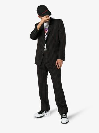 Cómo combinar: traje de rayas verticales negro, camiseta con cuello circular estampada blanca, deportivas blancas, gorra de béisbol negra