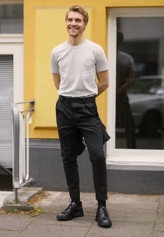 Cómo combinar unos zapatos derby de cuero negros: Equípate un traje negro junto a una camiseta con cuello circular blanca para las 8 horas. Zapatos derby de cuero negros levantan al instante cualquier look simple.
