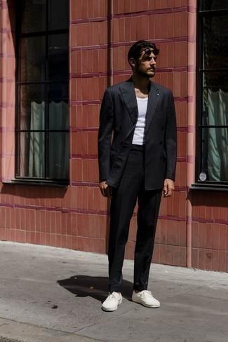 Cómo combinar una camiseta sin mangas: Utiliza una camiseta sin mangas y un traje de rayas verticales negro para un lindo look para el trabajo. Tenis de lona blancos contrastarán muy bien con el resto del conjunto.