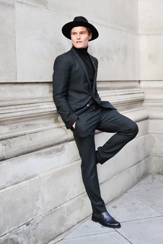 Cómo combinar: traje negro, jersey de cuello alto negro, botines chelsea de cuero negros, sombrero de lana negro