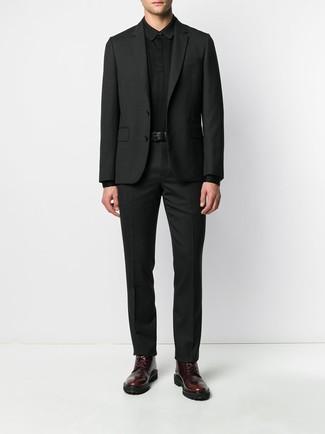 Cómo combinar unas botas casual de cuero burdeos: Elige un traje negro y un polo de manga larga negro para un perfil clásico y refinado. ¿Por qué no añadir botas casual de cuero burdeos a la combinación para dar una sensación más relajada?