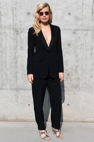 Cómo combinar: traje negro, sandalias de tacón de cuero plateadas, gafas de sol rosadas