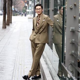 Cómo combinar una corbata estampada marrón claro: Considera ponerse un traje marrón claro y una corbata estampada marrón claro para un perfil clásico y refinado. Mocasín con borlas de cuero negro añaden un toque de personalidad al look.