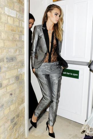 Look de Cara Delevingne: Traje plateado, Blusa de botones de encaje negra, Zapatos de tacón de cuero negros