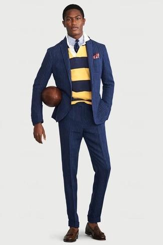 Cómo combinar: traje de rayas verticales azul marino, polo de manga larga de rayas horizontales amarillo, camisa de vestir celeste, mocasín con borlas de cuero en marrón oscuro