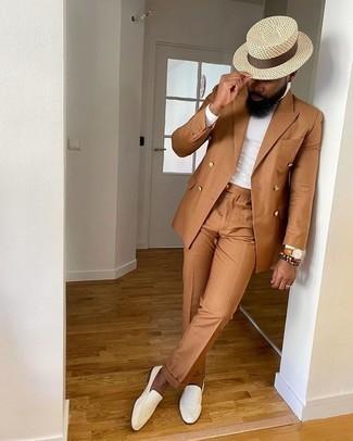 Cómo combinar un reloj de cuero en tabaco: Intenta ponerse un traje en tabaco y un reloj de cuero en tabaco para cualquier sorpresa que haya en el día. ¿Te sientes valiente? Complementa tu atuendo con mocasín de cuero blanco.