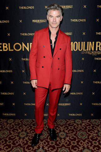 Cómo combinar una camisa: Elige una camisa y un traje rojo para una apariencia clásica y elegante. ¿Te sientes valiente? Complementa tu atuendo con botines chelsea de cuero negros.