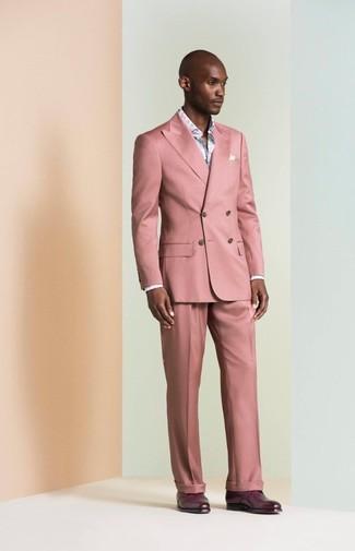 Cómo combinar: traje rosado, camisa de manga larga con print de flores celeste, zapatos derby de cuero morado oscuro