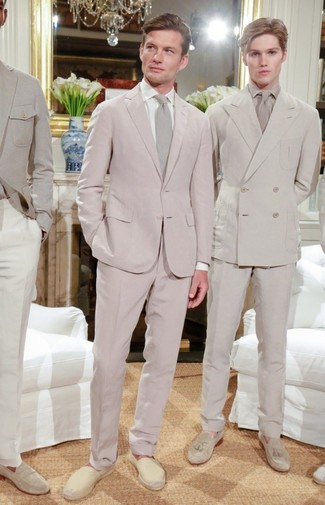 Cómo combinar: traje rosado, camisa de vestir blanca, alpargatas de lona en beige, corbata en beige