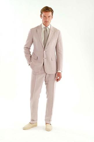 Cómo combinar: traje rosado, camisa de vestir blanca, alpargatas de lona en beige, corbata rosada