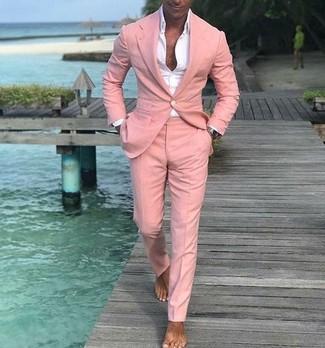 Cómo combinar: traje rosado, camisa de vestir blanca
