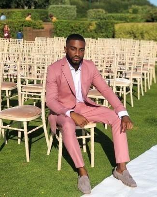 Moda para hombres de 30 años: Intenta combinar un traje rosado con una camisa de vestir blanca para una apariencia clásica y elegante. ¿Quieres elegir un zapato informal? Usa un par de mocasín con borlas de ante gris para el día.