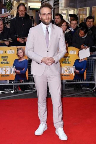 Look de Seth Rogen: Traje rosado, Camisa de vestir blanca, Tenis de cuero blancos, Corbata a lunares rosada
