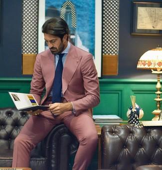 Cómo combinar: traje rosado, camisa de vestir celeste, corbata azul marino