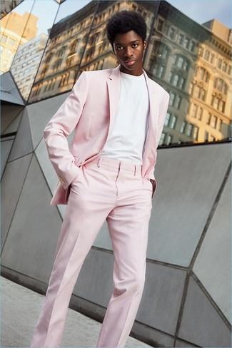 Cómo combinar: traje rosado, camiseta con cuello circular blanca