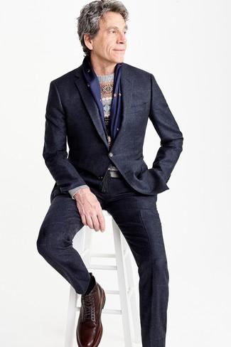 Cómo combinar: traje negro, traje a cuadros azul marino, jersey con cuello circular de grecas alpinos gris, botas casual de cuero en marrón oscuro