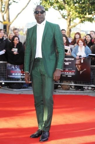 Look de Dermot O'Leary: Traje Verde, Camisa de Vestir Blanca, Zapatos Oxford de Cuero Negros