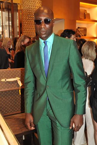 Look de Dermot O'Leary: Traje Verde, Camisa de Vestir en Verde Menta, Corbata a Cuadros Azul, Gafas de Sol en Marrón Oscuro