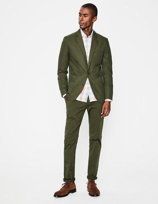 Cómo combinar: traje verde oliva, camisa de vestir a cuadros celeste, zapatos derby de ante marrónes