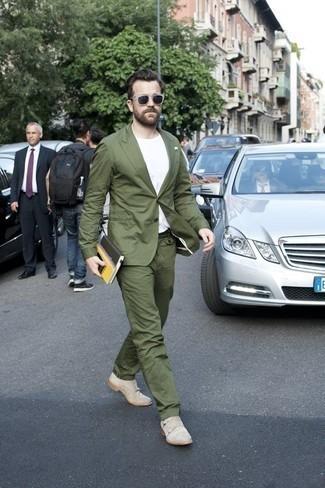 Cómo combinar unos zapatos de vestir: Opta por un traje verde oliva y una camiseta con cuello circular blanca para el after office. ¿Te sientes valiente? Elige un par de zapatos de vestir.