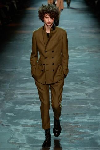 Cómo combinar: traje verde oliva, jersey con cuello circular negro, botas formales de cuero negras